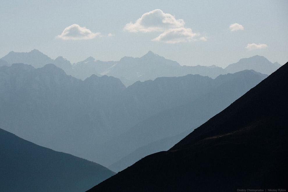 4. Вместо лесных пологих склонов, дорога закручивалась вдоль крутых скалистых обрывов, то и дел
