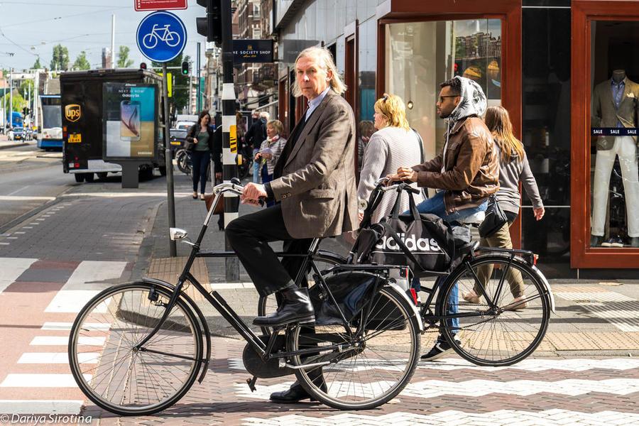 23. На велосипеде амстердамцы (да и голландцы в целом) ездят везде и в любом возрасте. Я наблюдала к
