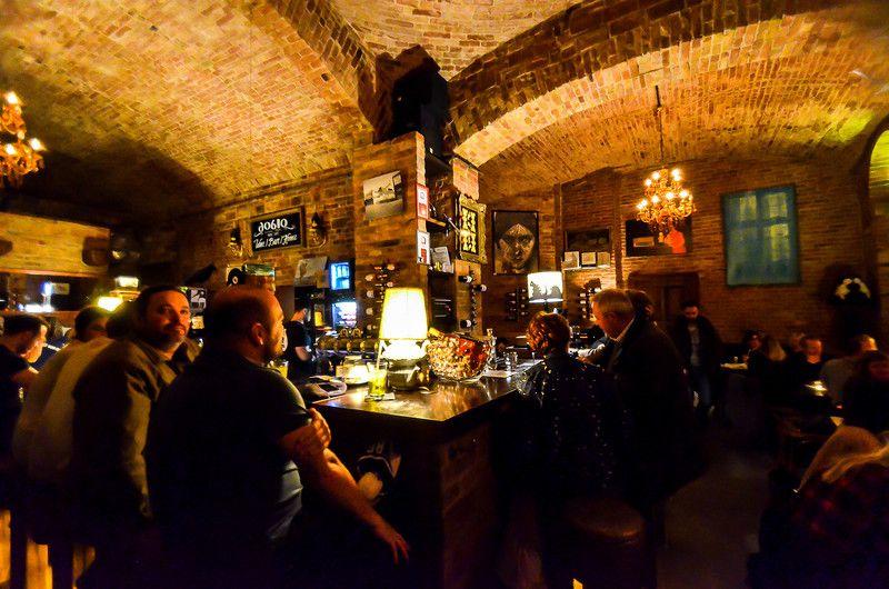 77. В следующем баре была живая музыка и отсутствие свободных мест.