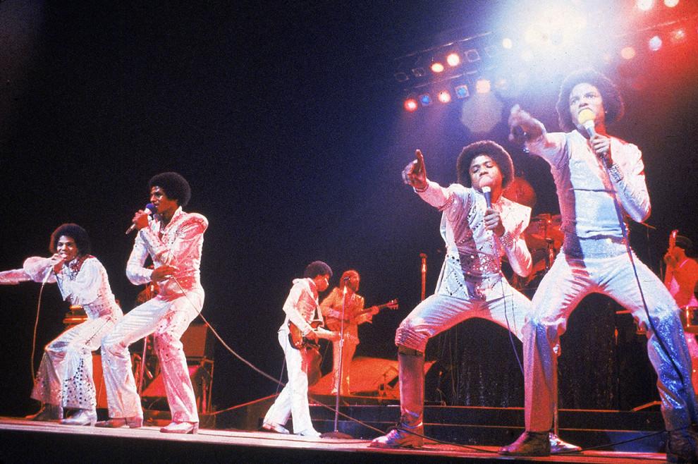Группа The Jacksons выступает с концертом, 1975 год.
