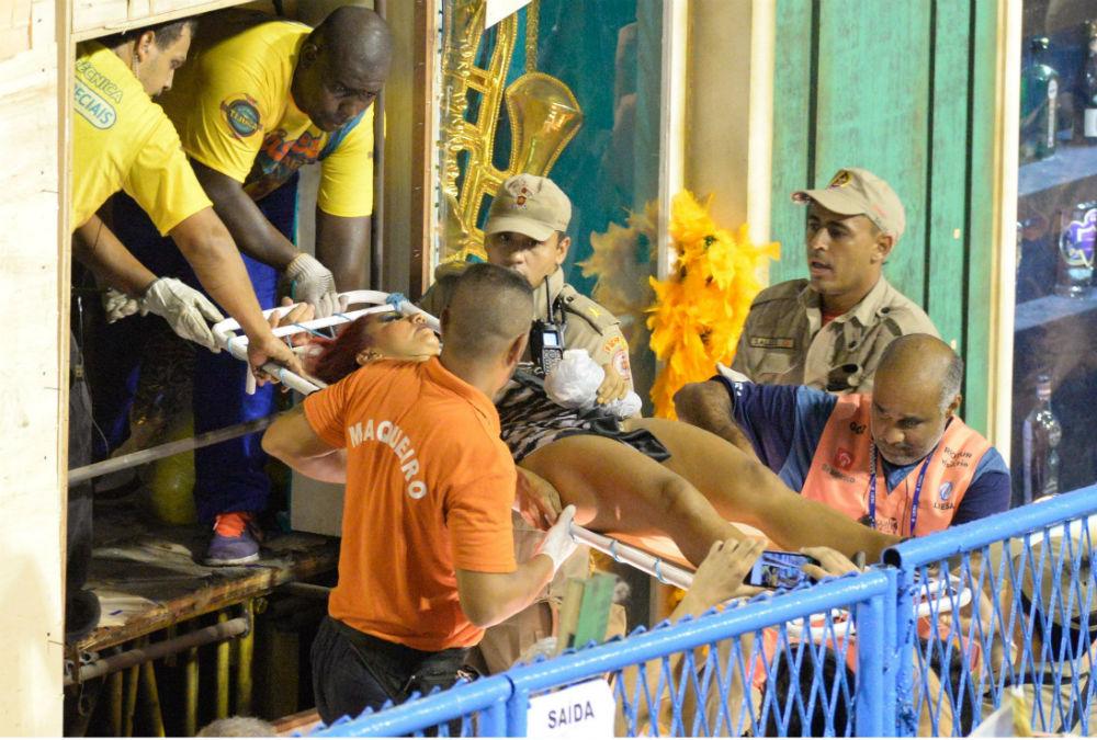 Во время карнавала одна из платформ сломалась, пострадало не менее 11 человек.