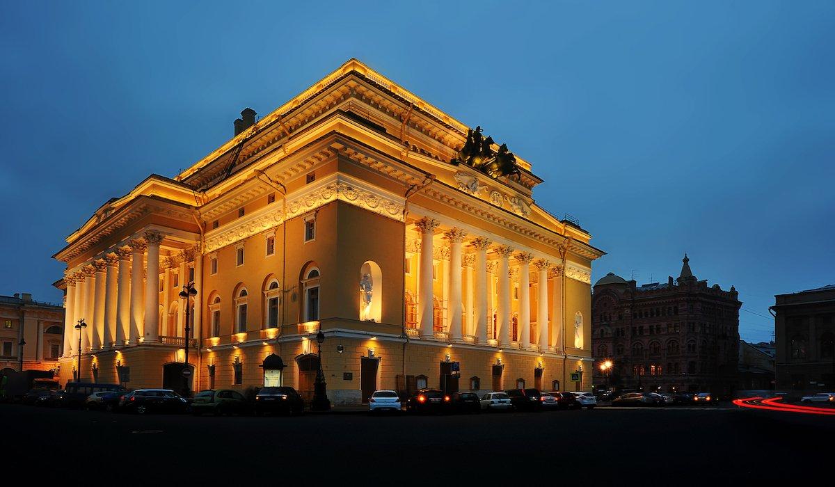 Посетите Александровский театр. Здание является частью Всемирного наследия ЮНЕСКО.