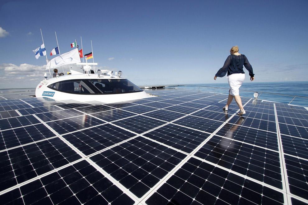 Самое большое в мире судно на солнечных батареях идет по Сене около Парижа. (Фото Benoit Tessie