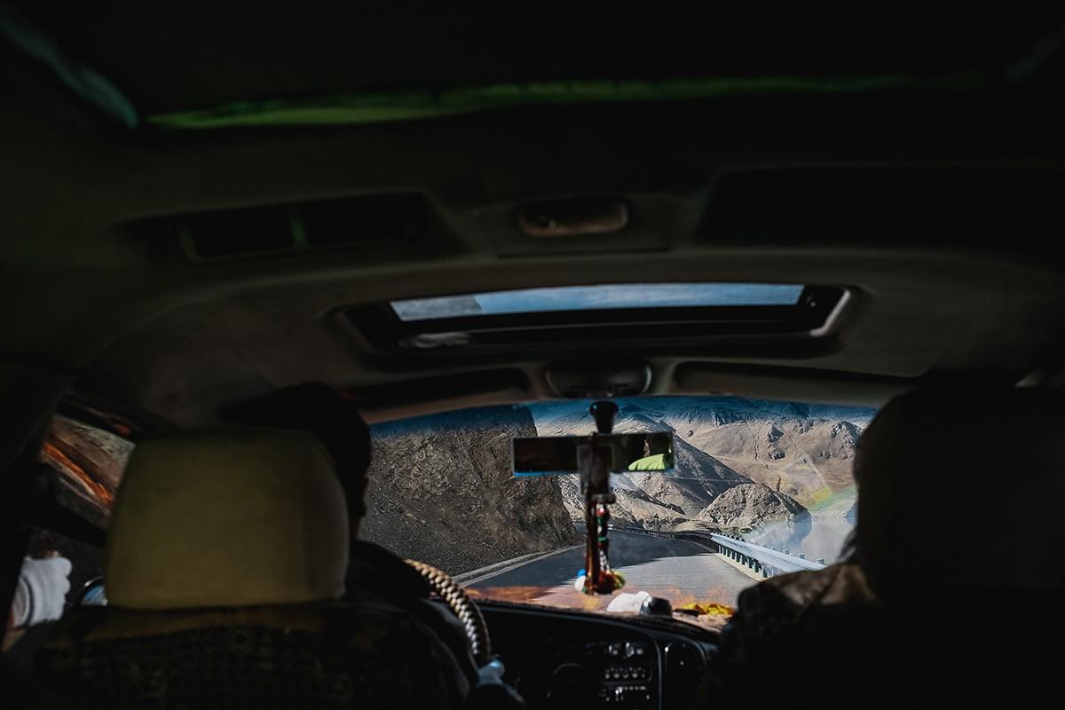 12. По дороге вдоль водохранилища. На горных серпантинах есть очень крутые повороты, и все водители