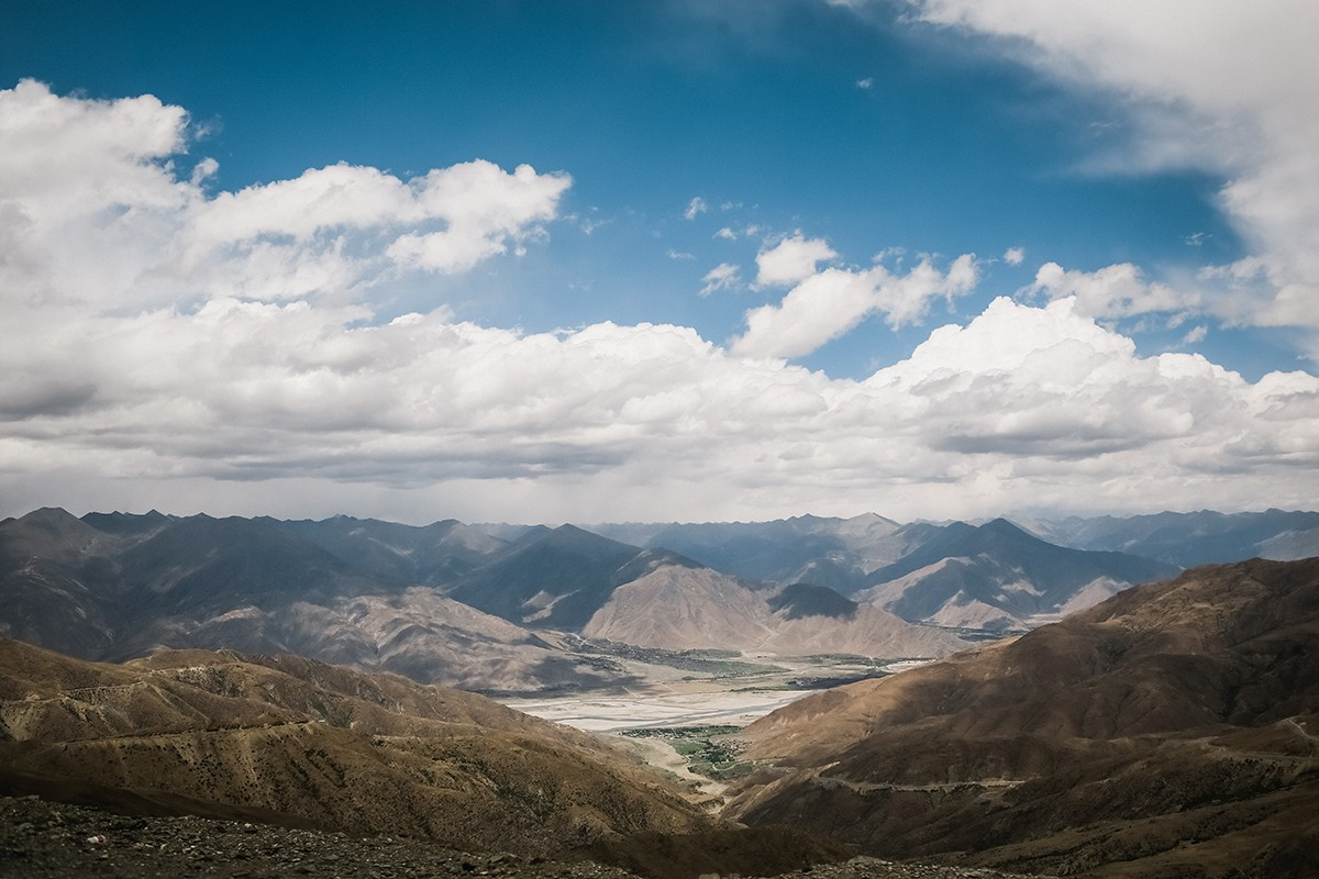 31. Долина около Лхасы. Снижаемся по самому крутому серпантину с 5200 до 3600 м над уровнем моря.