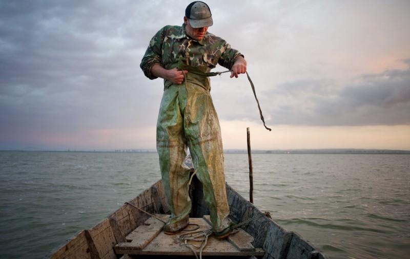 Виктор Бранца из села Журиловка готовится к рыбалке на озерах Разелм в Румынии.