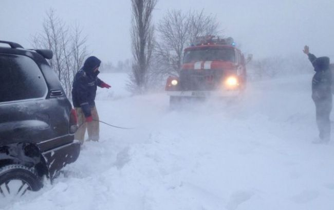 В 3-х областях государства Украины из-за снежной непогоды ограничили движение транспорта