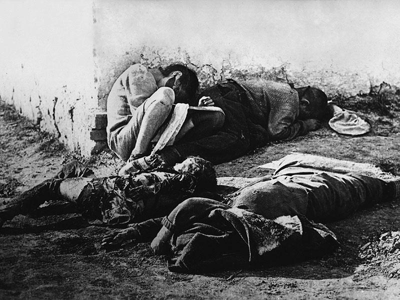 10. Расстрелянные фашистами мать и дети.jpg