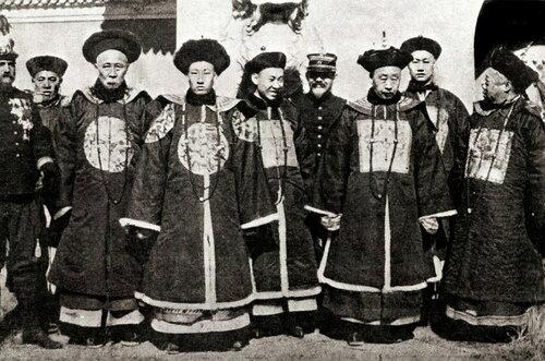 Император Гуансюй с знатным окружением
