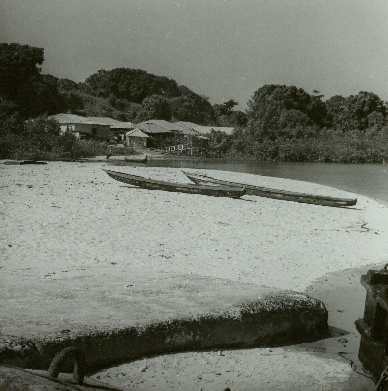 Лунги. Берег с каноэ и деревня в устье Сели