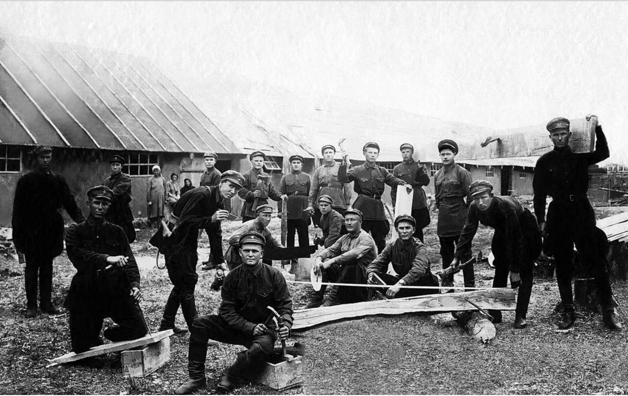 Группа красноармейцев-ударников. 1930-е.