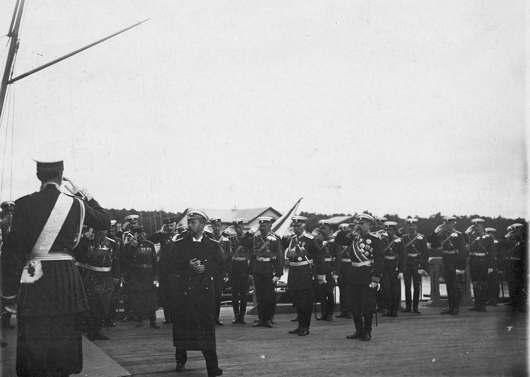 Батальон Уланского Её Величества лейб-гвардии полка встречает императора Николая II, прибывшего на яхте Штандарт