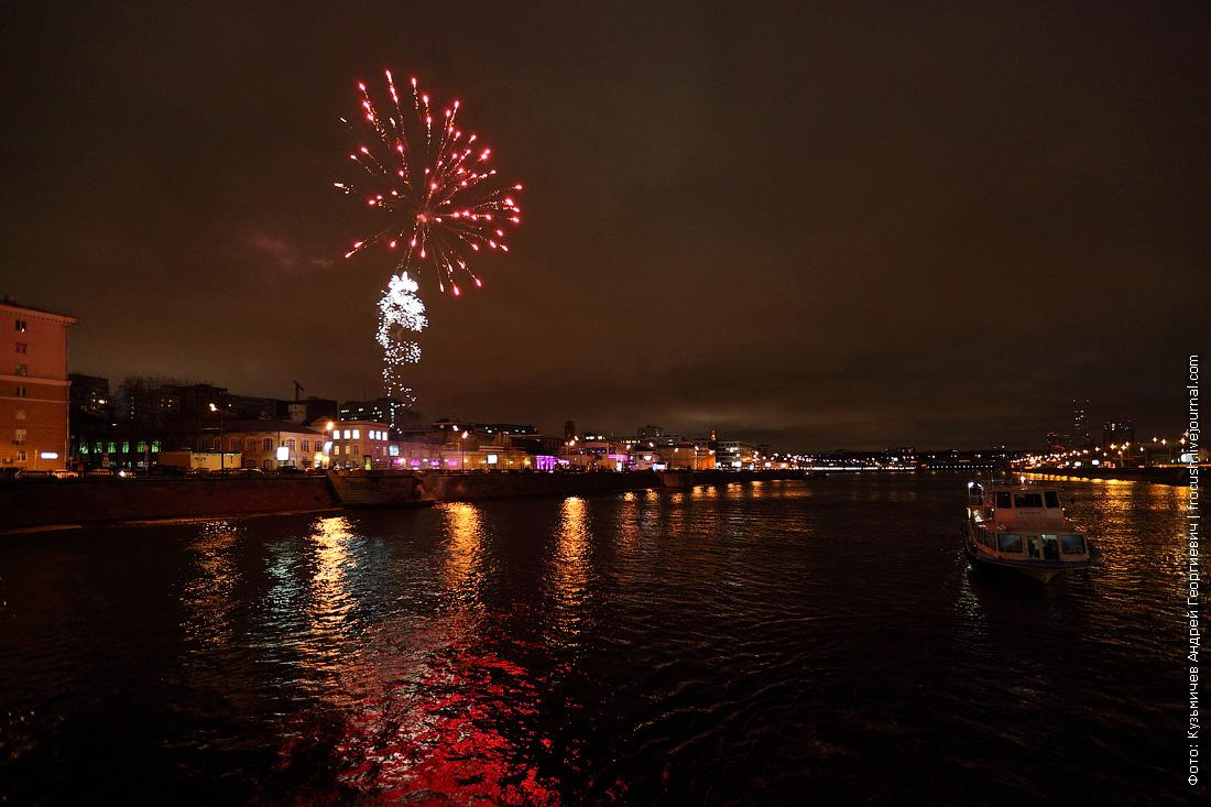 фото фейерверк в честь открытия малой прогулочной навигации по Москве-реке