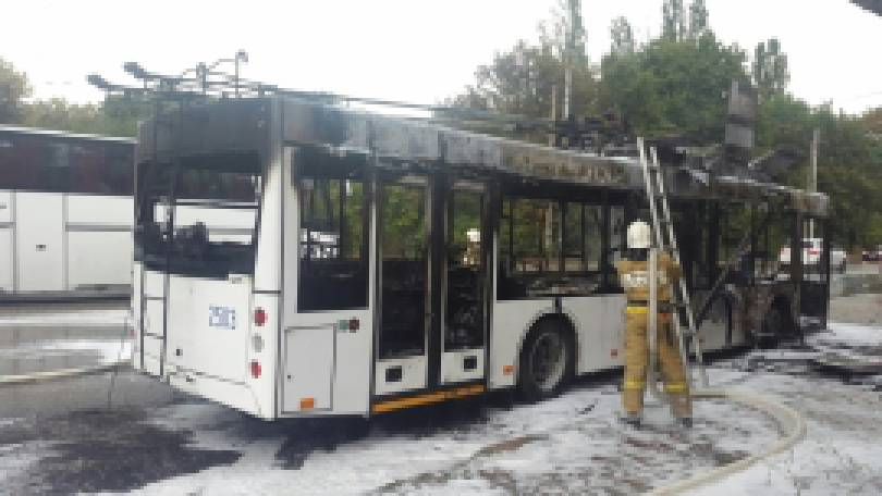 Троллейбус загорелся на остановке в оккупированном Симферополе. ФОТО