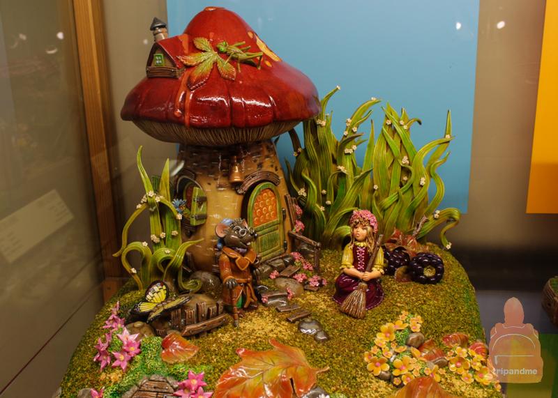 Целые сцены из сказок сделаны из марципана