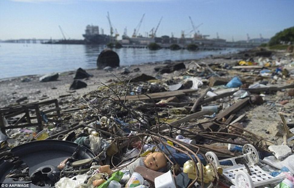 Шокирующие фото грязной воды Рио, где придется плавать спортсменам Олимпиады