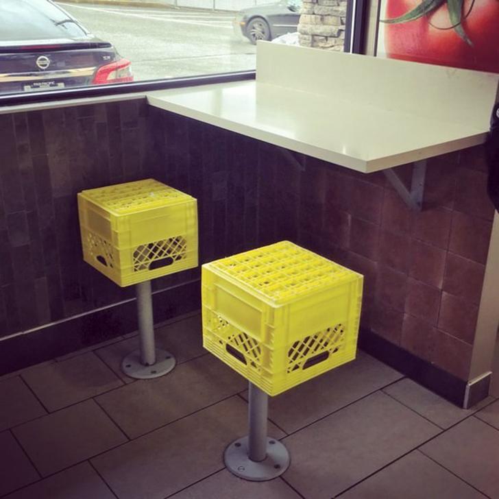 Интересно, в этом кафе можно просто посидеть на полу?..