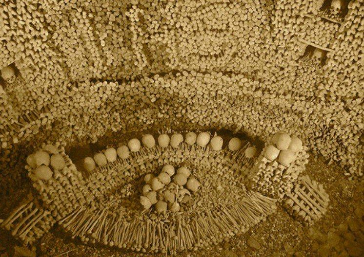 Сделанный из искусно сложенных костей более 5800 австрийцев, этот склеп находится внутри готической