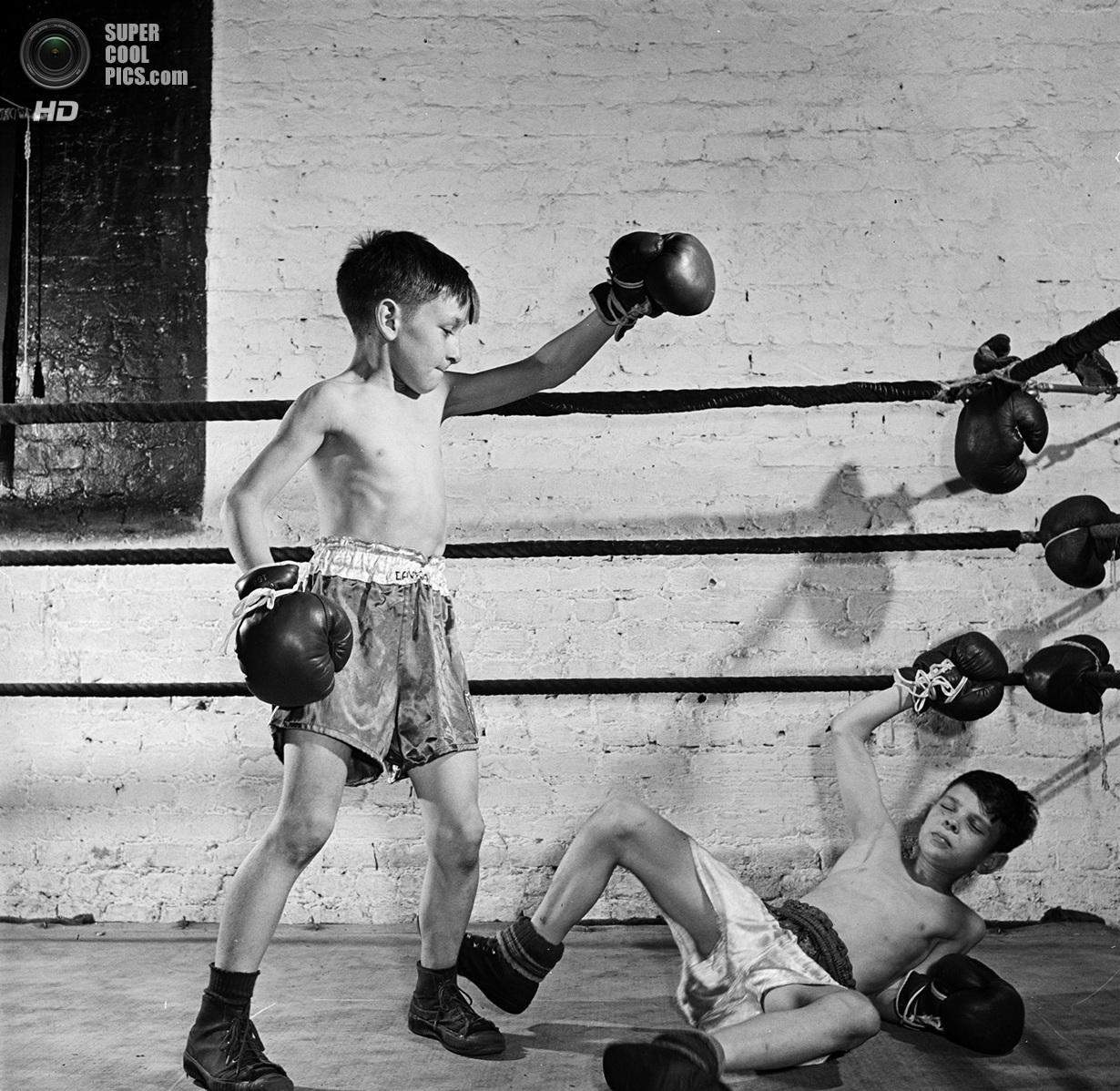 США. Нью-Йорк. 1946 год. Детская секция бокса в зале Полицейской атлетической лиги. (V&M/Look/St