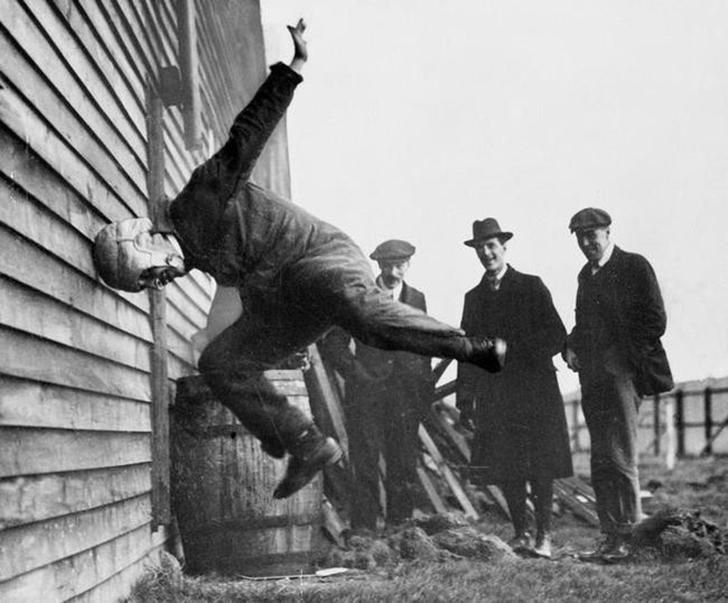 Тестирование футбольного шлема в 1912 году
