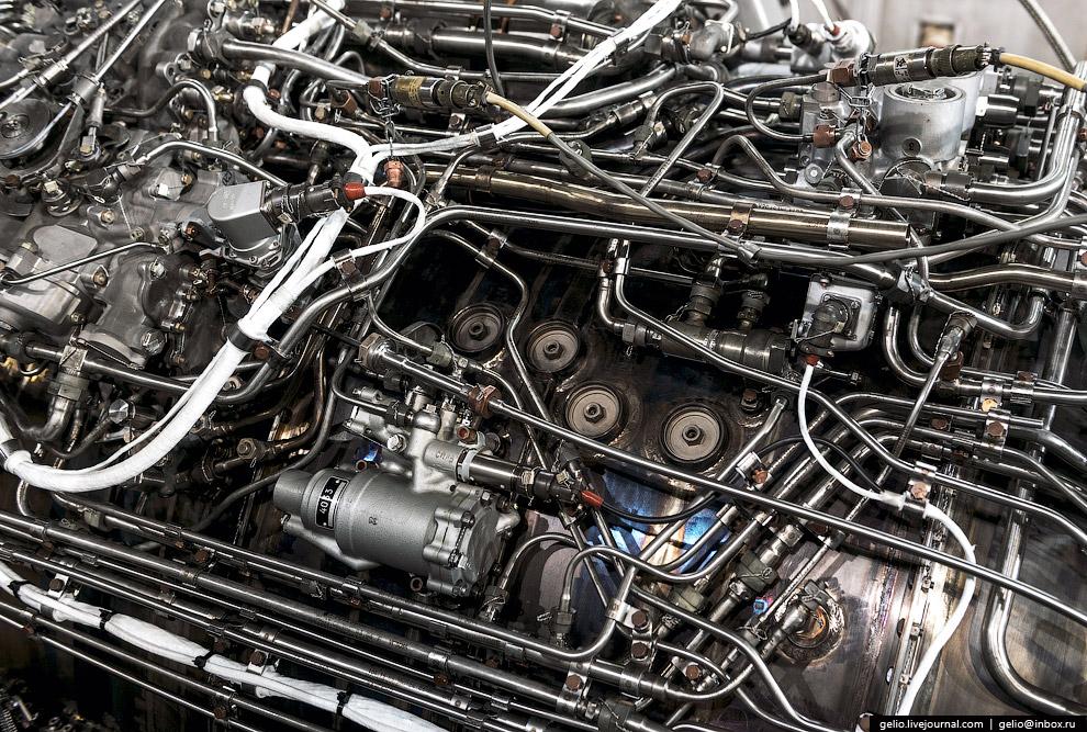 33. Окончательная сборка . В сборочном цехе отдельные детали и узлы становятся целым двигателем