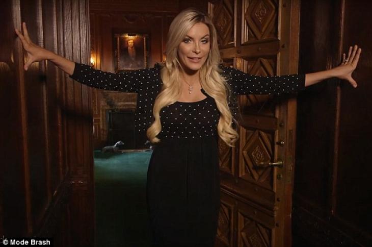 Кристал делится тайной: за этими дверями, по ее правую руку, спрятана секретная комната.