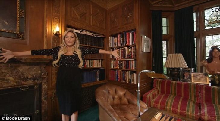 Библиотека заставлена кожаной мебелью и ломится от книг.