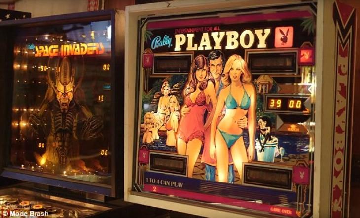 Здесь есть несколько столов для пинбола, оформленных с использованием тематики Playboy.