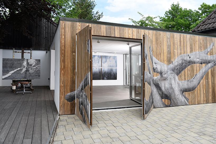 Фасад студии с нарисованной текстурой дерева