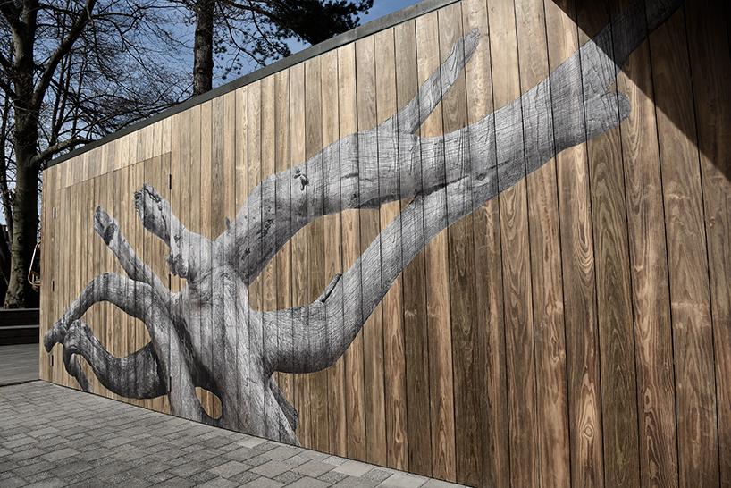 Фасад был изготовлен из обработанной древесины kebony.