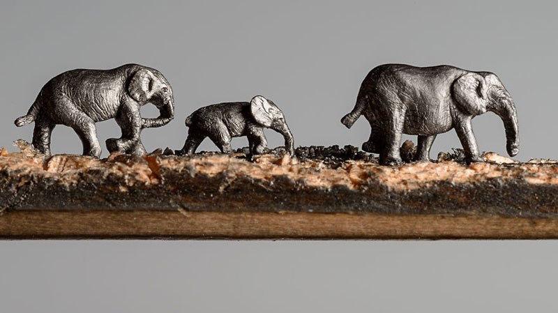 Композиция выглядит как пейзаж, на котором семейство слонов прогуливается рядом деревьями. Часть с д