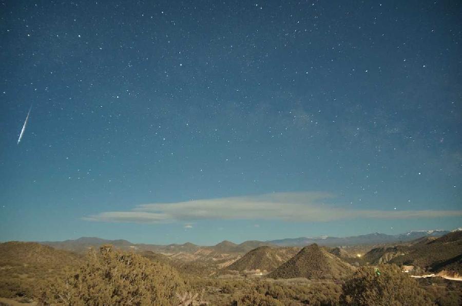 2. Лириды Лириды активны в апреле. Во время пика потока каждый час в ночном небе можно наблюдать при