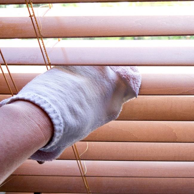 Наденьте на руку чистый носок. Опустите руку в раствор, состоящий из 1 части воды и 1 части белого у