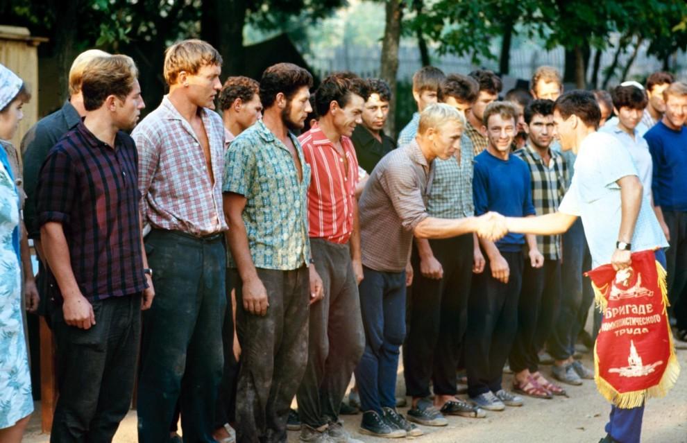 Рабочие после бани в колхозе имени С.М. Буденного.