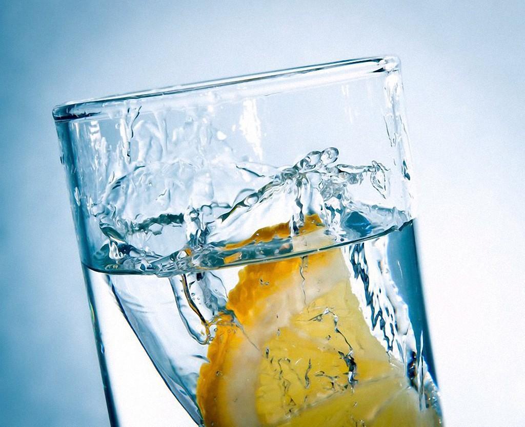1. Вода — всему голова. Чтобы кожа была гладкой и свежей, ей необходимо постоянное увлажнение, в чем