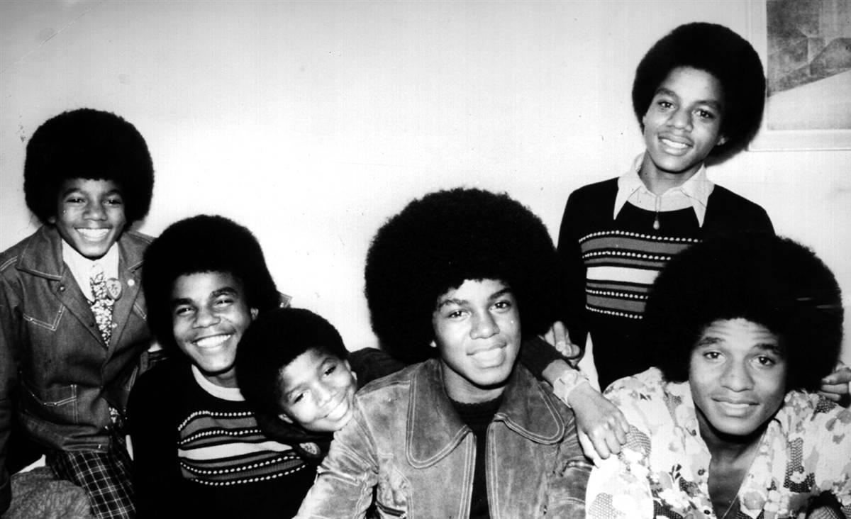Майкл Джексон (крайний слева) и остальные пятеро братьев из Индианы, участники группы Jackson Five,