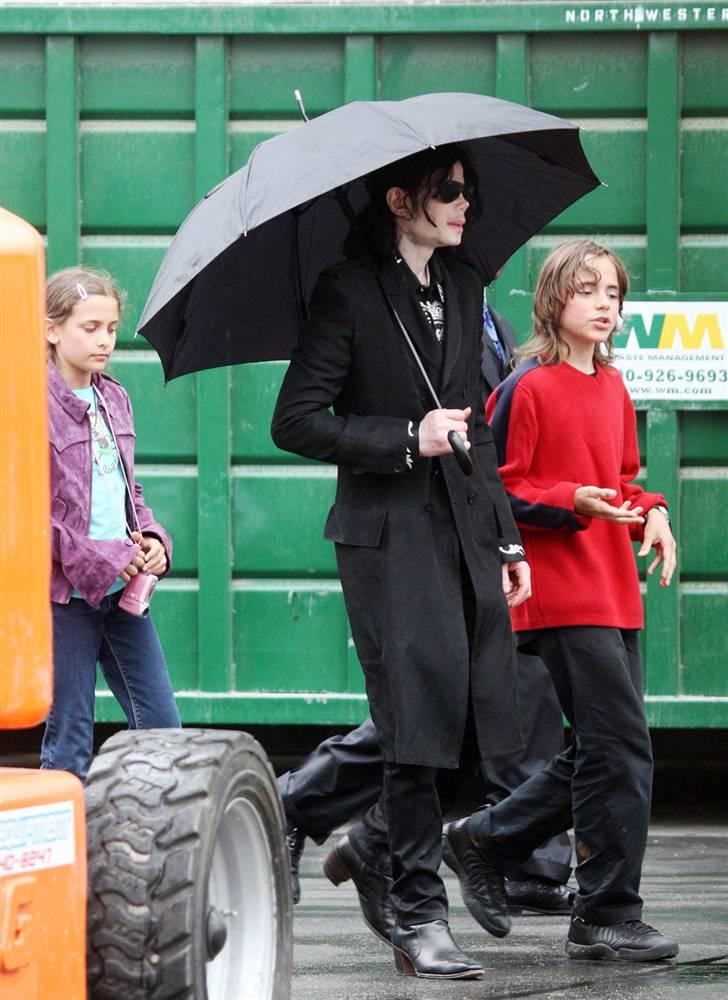 Майкл со своими детьми Принцем и Пэрис идет через автомобильную стоянку звукозаписывающей студии в Л