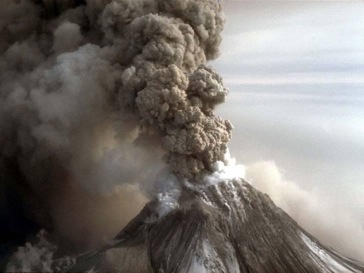 Действующий вулкан выбросил пепел навысоту в3км