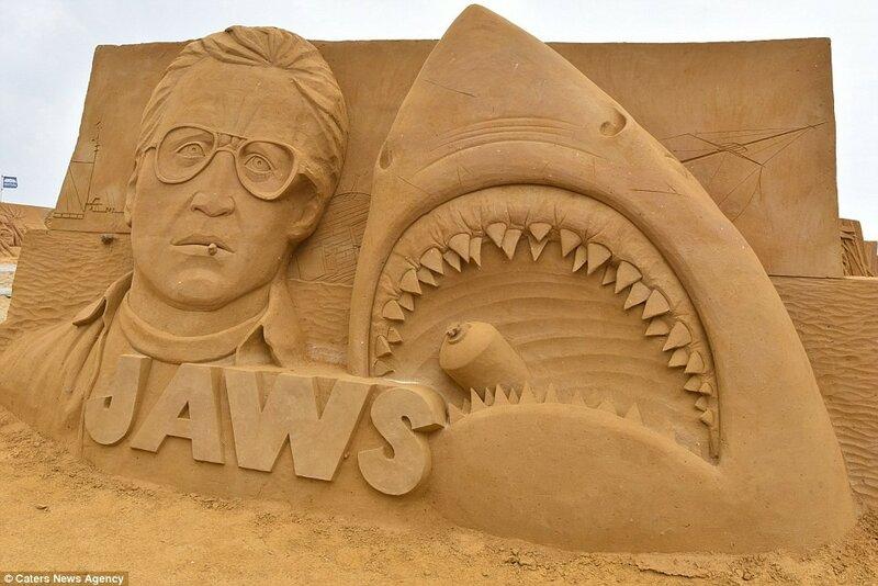 Песчаная скульптура по мотивам фильма «Челюсти».