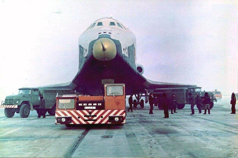 БелАЗ-6411 буксирует советский многоразовый орбитальный корабль Буран ..jpg