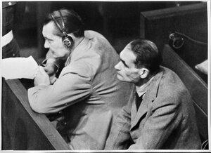 Герман Геринг и Рудольф Гесс на скамье подсудимых