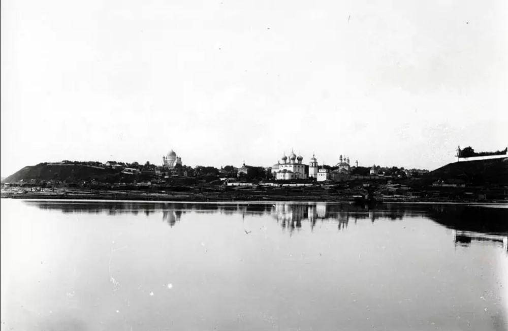 Вид на южную часть города из-за реки