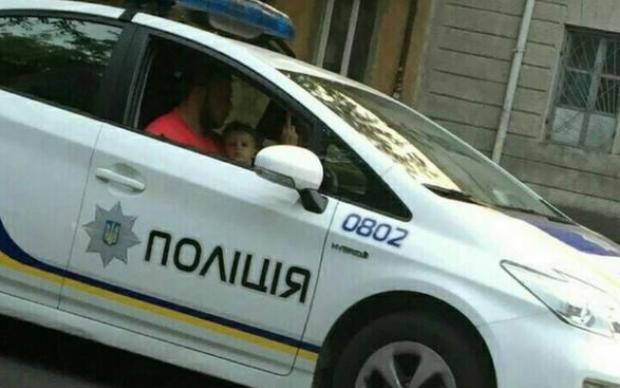 """""""Крутая"""" одесская полиция: сотрудница патрульной службы показала неприличный жест"""