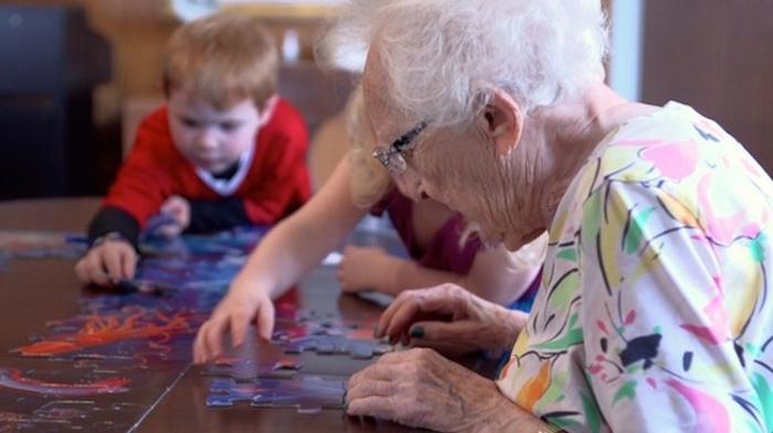 1. В одном здании вместе проводят время 400 пожилых людей и несколько десятков детей.