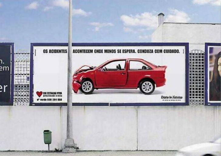 Эта социальная реклама при помощи настоящего столба напоминает об осторожности при вождении автомоби