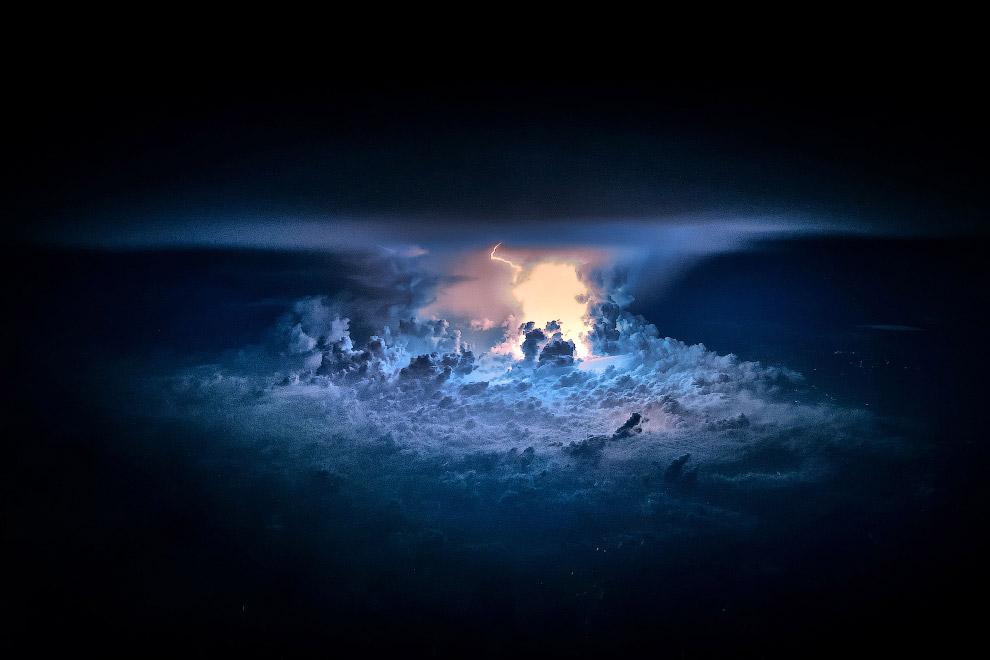 10. Звездное небо и освещенные изнутри облака. (Фото Christiaan van Heijst   Daan Krans):