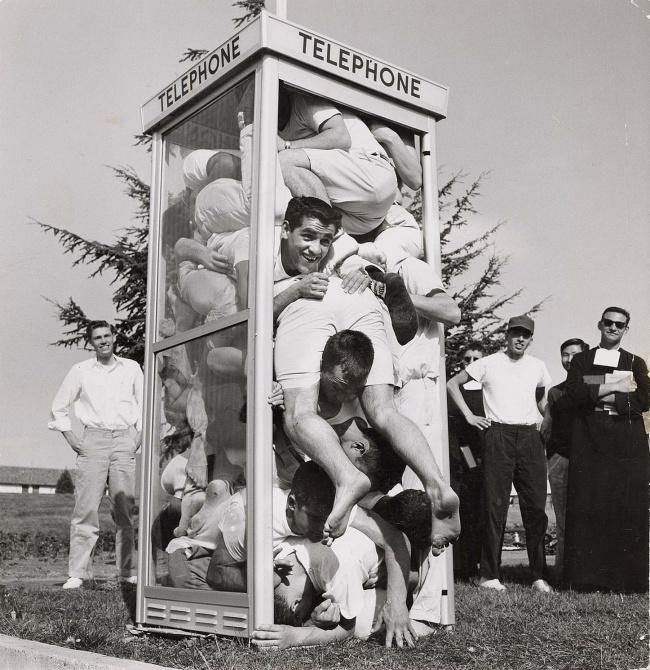 22 студента влезли в телефонную будку в попытке установить новый рекорд, Калифорнийский колледж свят