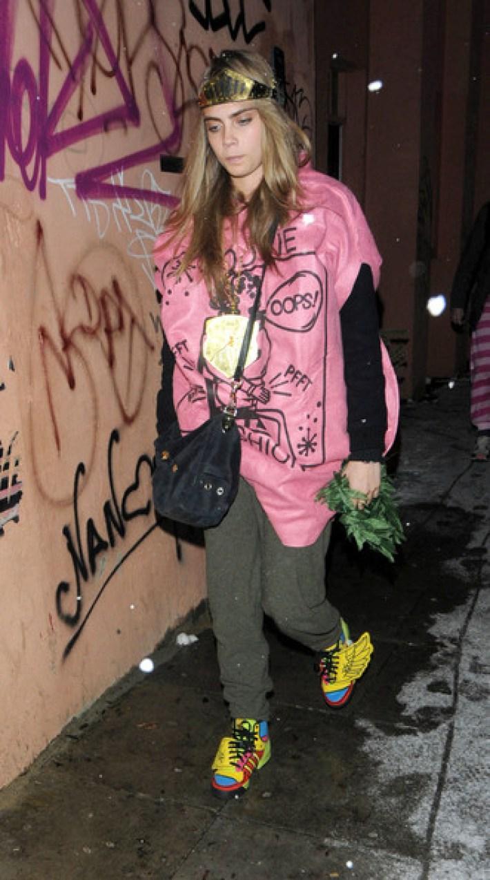 В обычной жизни девушка предпочитает носить мешковатые толстовки, джинсы и свободные футболки и