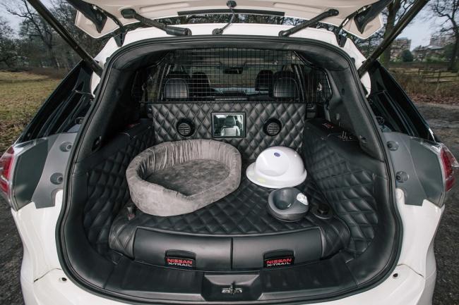 © nissan-global  Для перевозки животных оборудован задний отсек машины. Онобит моющимся кожан