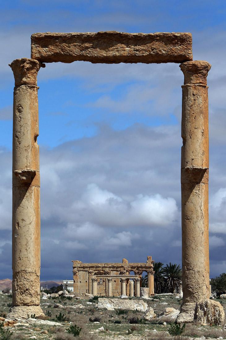 2. Отступавшие боевики не успели уничтожить все древние постройки. Пальмира, 3 марта 2017: